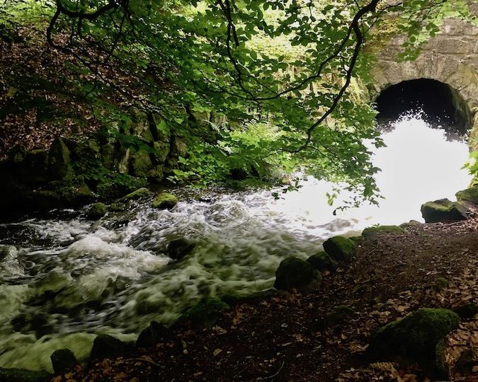 Wasserspiele Bergpark Wilhelmshöhe Wasser auf dem Weg zur Teufelsbrücke