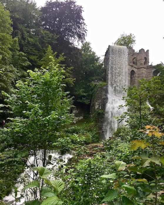 Wasserspiele Bergpark Wilhelmshöhe Wasserfall vom Aquädukt