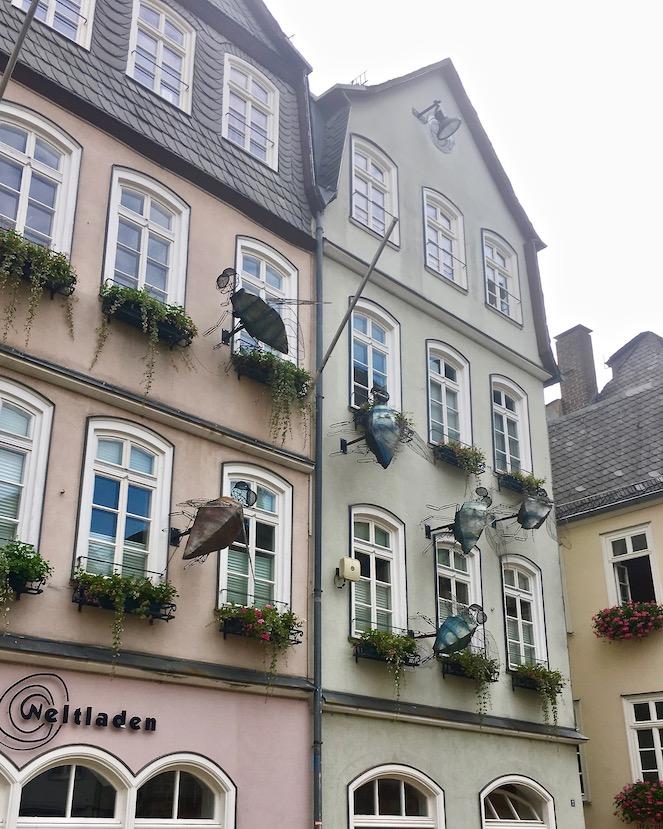 Marburg an der Lahn Marktplatz -sieben Fliegen auf einen Streich