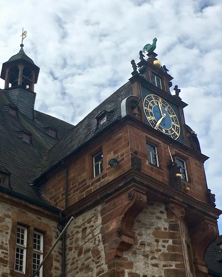 Marburg an der Lahn Rathaus mit Uhr und Hahn