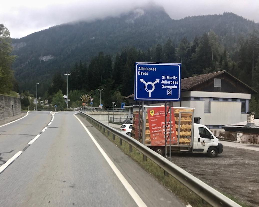Abzweig zum Julierpass in Tiefencastel Schweiz