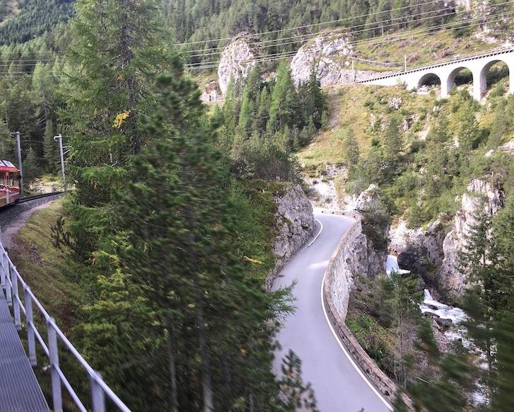UNESCO-Weltkulturerbe Rhätische Bahn Graubünden Schweiz Albulabahn Weltkulturerbe Kehrtunnel nach Bergün Schweiz