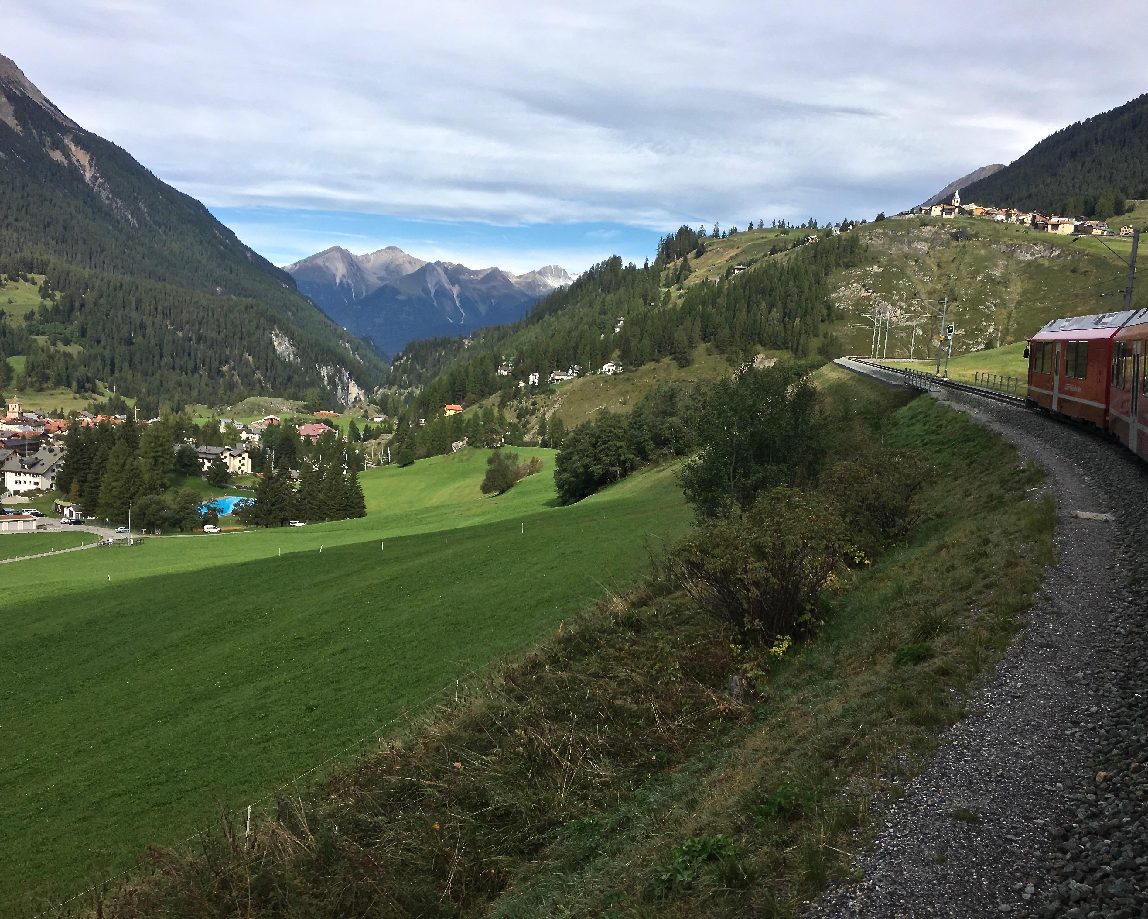 Rhätische Bahn UNESCO-Weltkulturerbe Eisenbahnerlebnis Graubünden Schweiz Albulabahn Weltkulturerbe Schweiz Kehren nach Bergün