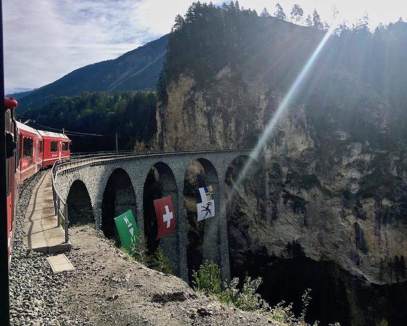 Rhätische Bahn UNESCO-Weltkulturerbe Eisenbahnerlebnis Graubünden Schweiz Albulabahn Weltkulturerbe auf dem Landwasserviadukt Richtung Filisur Schweiz
