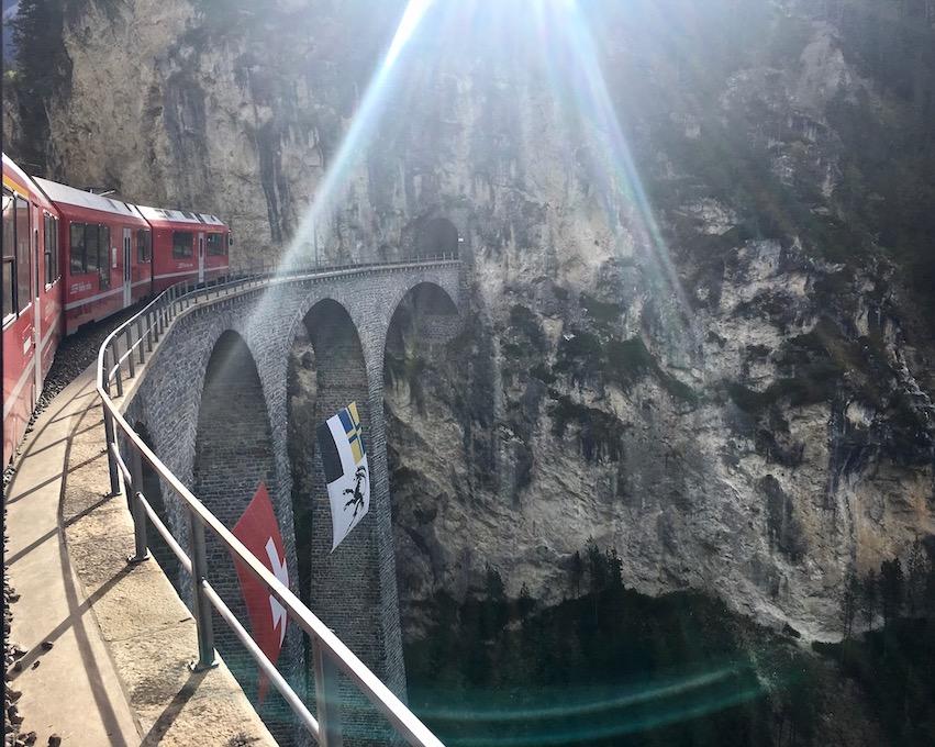 Rhätische Bahn UNESCO-Weltkulturerbe Eisenbahnerlebnis Graubünden Schweiz Albulabahn auf dem Landwasserviadukt Weltkulturerbe Richtung Filisur Schweiz