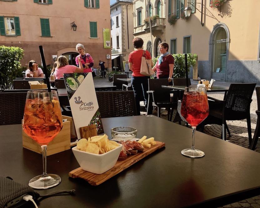 Chiavenna Historische-Altstadt an dem Fluss Mera Lombardei Italien Aperol auf der Piazza G.Bertacchi