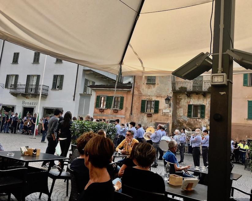 Chiavenna Historische-Altstadt an dem Fluss Mera Lombardei Italien Blaskapelle vor dem Rathaus