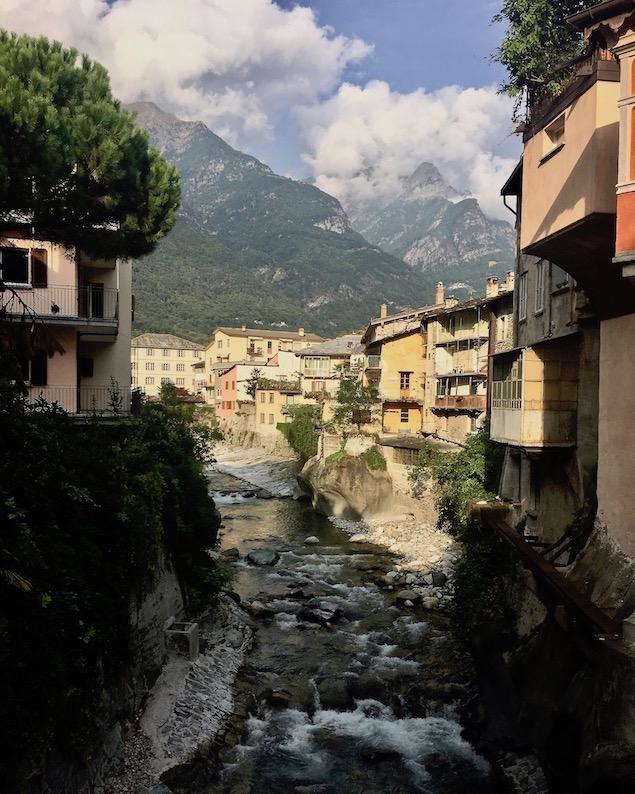 Chiavenna Historische-Altstadt an dem Fluss Mera Lombardei Italien Chiavenna Italien Blick auf Fiume Mera