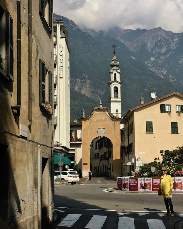 Chiavenna Historische-Altstadt an dem Fluss Mera Lombardei Italien Eingang zur Altstadt