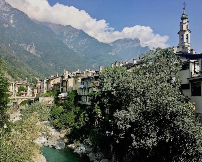 Chiavenna Historische-Altstadt an dem Fluss Mera Lombardei Italien Chiavenna Italien Stadt und Berge