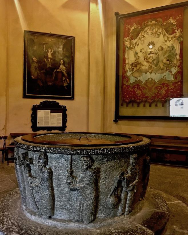 Chiavenna Historische-Altstadt an dem Fluss Mera Lombardei Italien Taufbecken im Kloster San Lorenzo