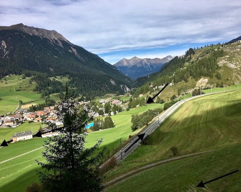 Rhätische Bahn UNESCO-Weltkulturerbe Eisenbahnerlebnis Graubünden Schweiz Kehrschleifen