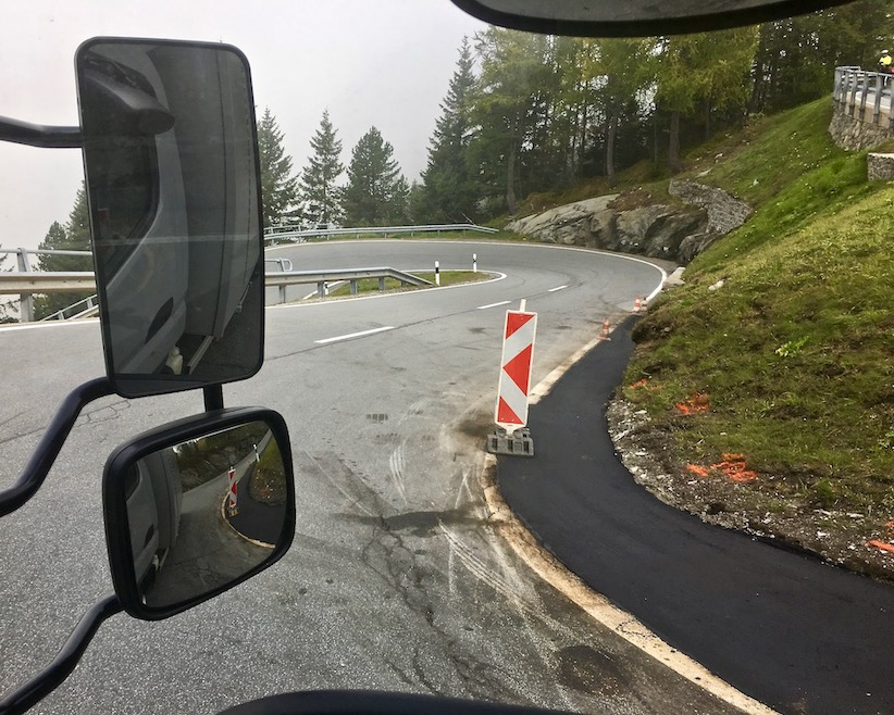 Maloja Pass Schweiz Straßenarbeiten bei der Abfahrt