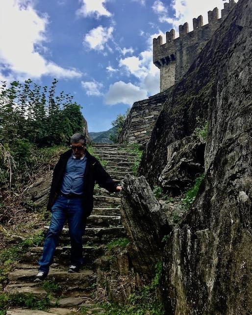 Bellinzona Historische-Altstadt Festungsanlagen UNESCO-Weltkulturerbe Tessin Schweiz Abstieg von Burg Sasso Corbaro Bellinzona Schweiz
