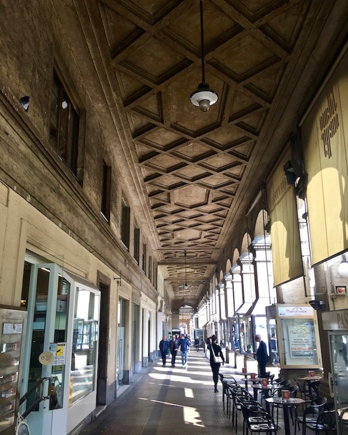 Arkadengänge Piazza Tancredi Galimberti Cuneo Italien