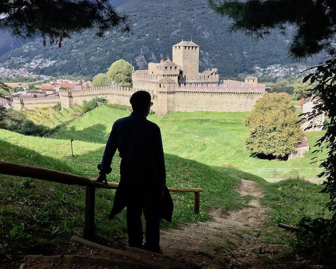 Bellinzona Historische-Altstadt Festungsanlagen UNESCO-Weltkulturerbe Tessin Schweiz Blick auf Burg Montebello Weltkulturerbe Bellinzona Schweiz