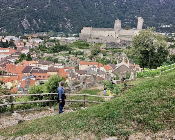 Bellinzona Historische-Altstadt Festungsanlagen UNESCO-Weltkulturerbe Tessin Schweiz Blick auf Castelgrande Weltkulturerbe Bellinzona Schweiz