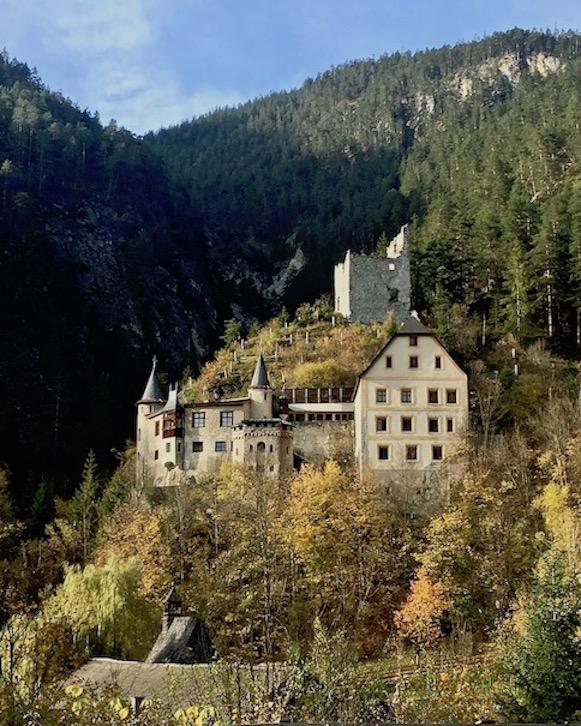 Blick auf Schloss Fernstein Burghotel Österreich