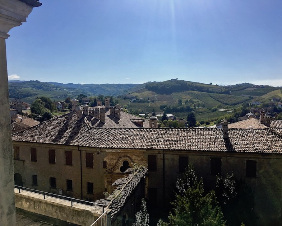 Blick in die Langhe über Palazzo dei Conti di Castelborgo Neive Italien