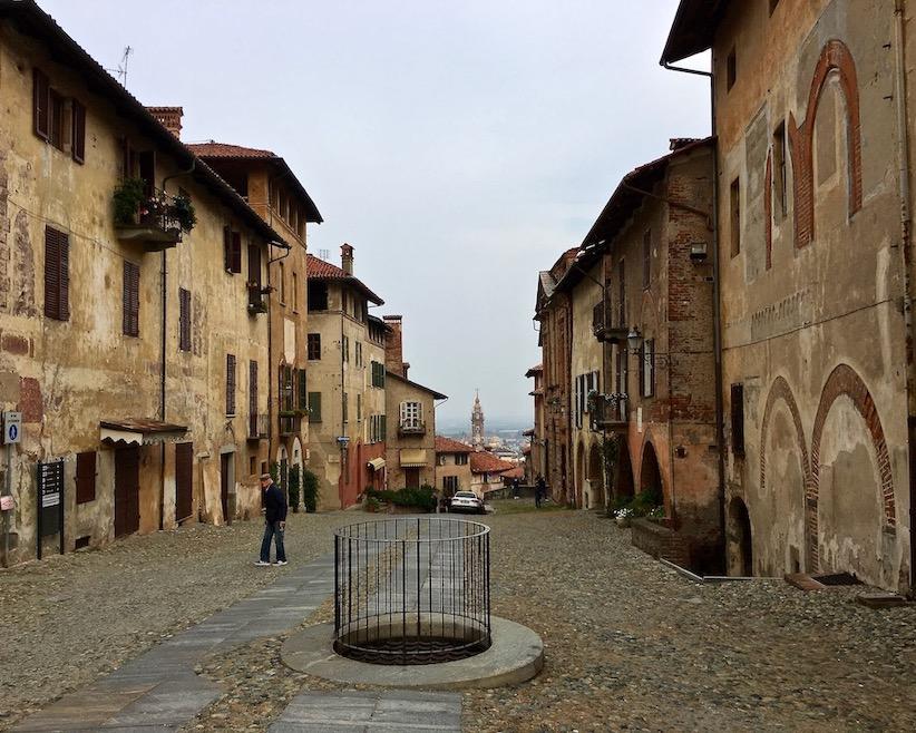 Blick von der alten Oberstadt zur neuen Unterstadt Saluzzo Piemont Italien