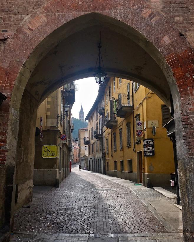 Gassen in der Altstadt von Saluzzo Piemont Italien