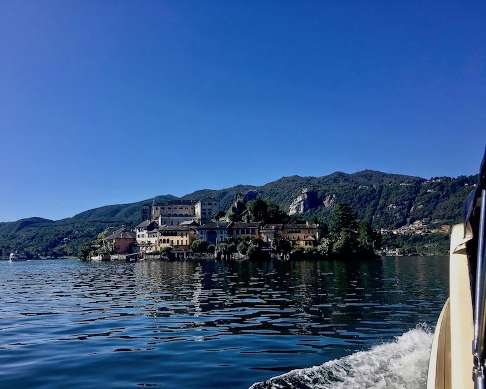 Orta San Giulio am Ortasee Piemont Italien zur Isola San Giulio mit dem Fährschiff