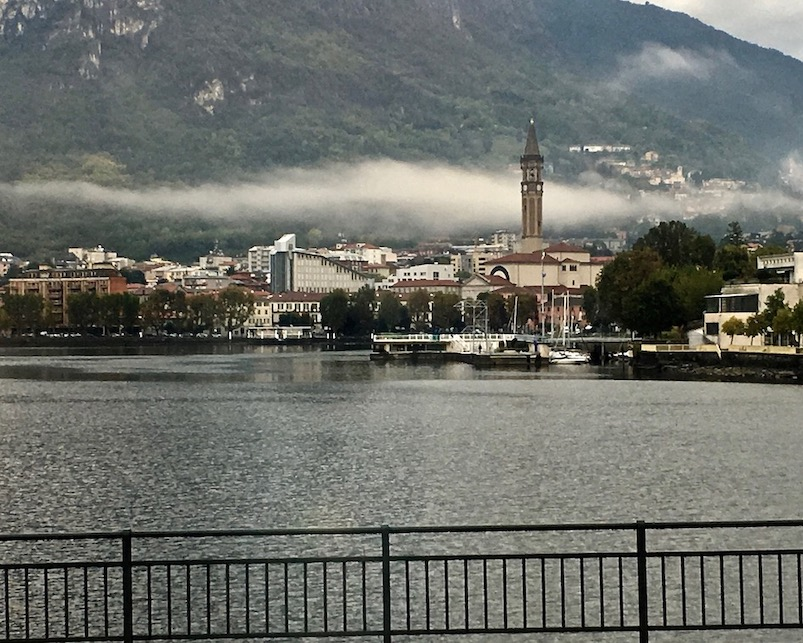 Lecco am Comer See Altstadt Schönster Ort Alpenstadt Lombardei Italien Comersee Lecco Italien Lecco am Tag Comer-See Italien