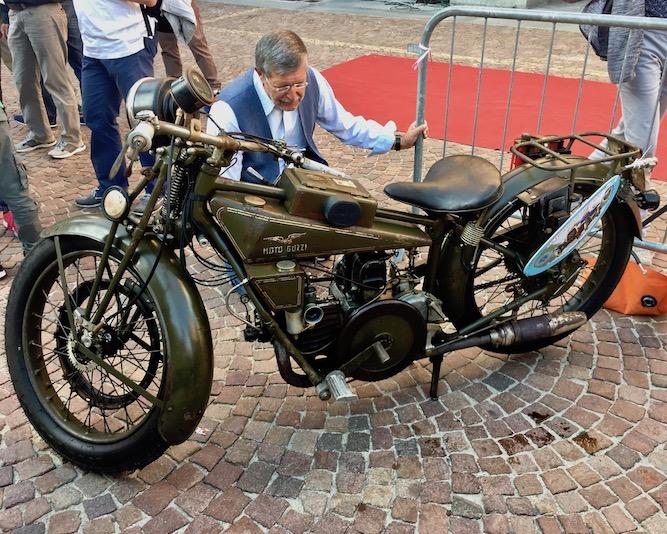 Moto Guzzi Piazza Duomo Alba Italien