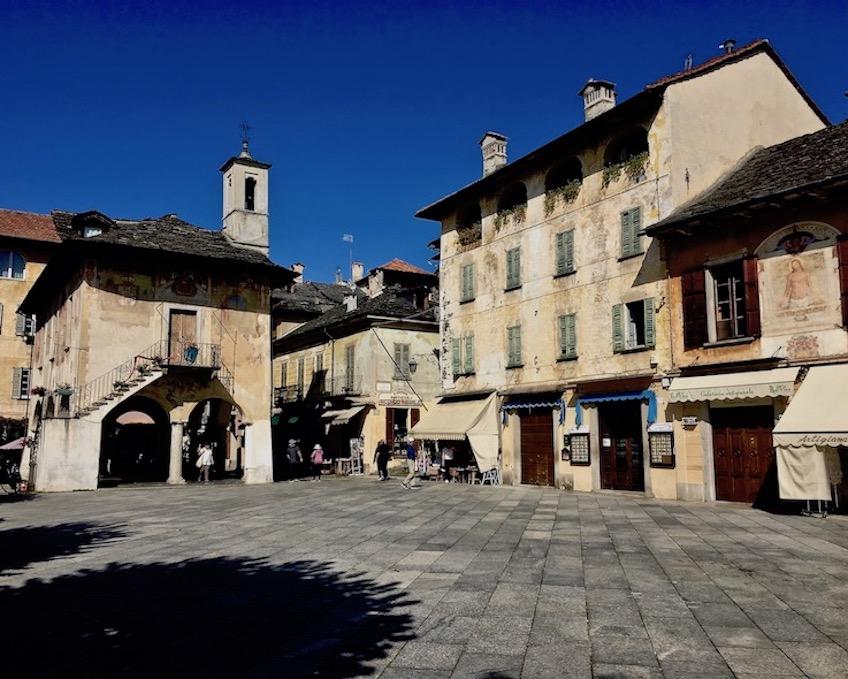 Orta San Giulio am Ortasee Piemont Italien Piazza Mario Motta in Orta San Giulio am Ortasee Italien