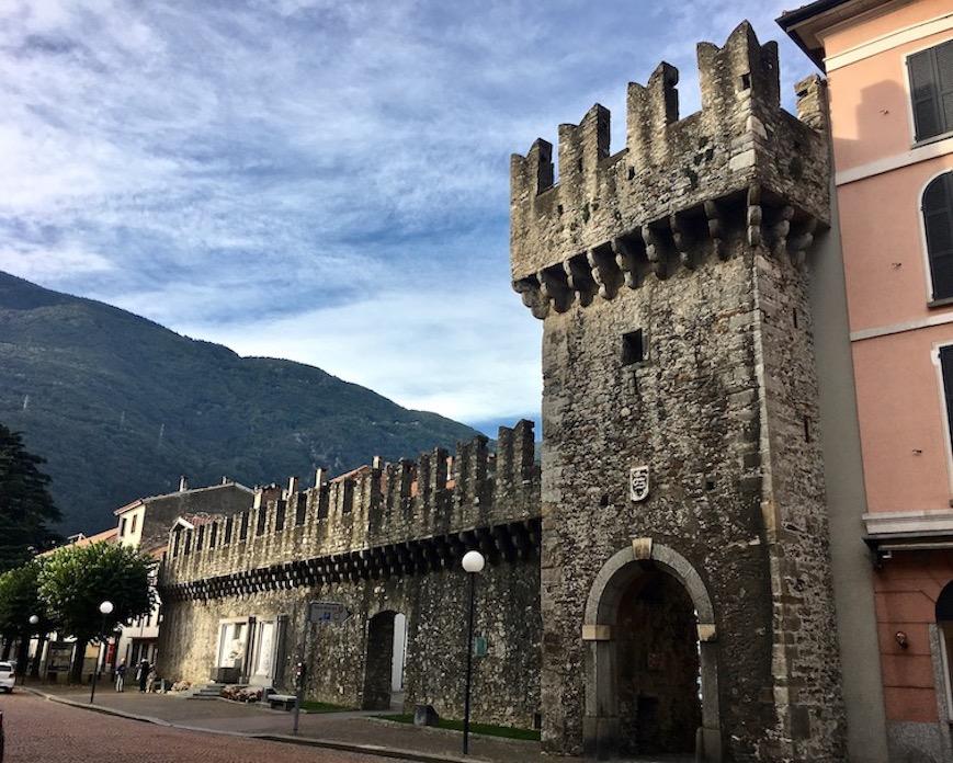 Bellinzona Historische-Altstadt Festungsanlagen UNESCO-Weltkulturerbe Tessin Schweiz Stadtmauer in Bellinzona Schweiz