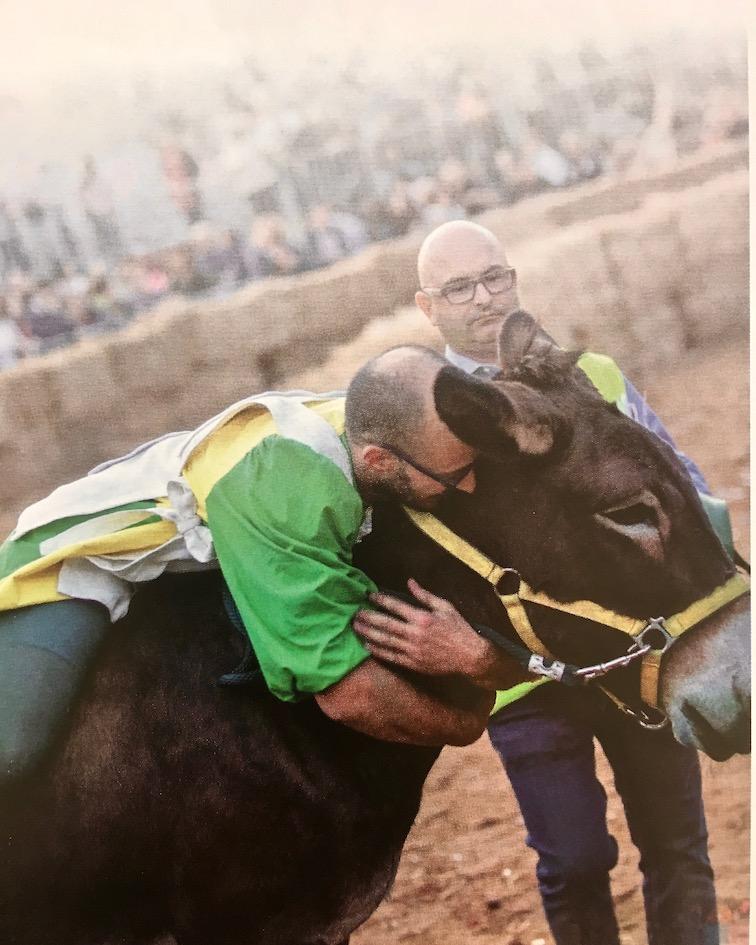 Stolzer-Sieger aus Stadtteil Borgo della Moretta vom Palio degli Asini 2019 Alba Italien