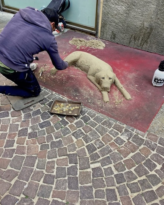 Straßenkunst in Alba Italien