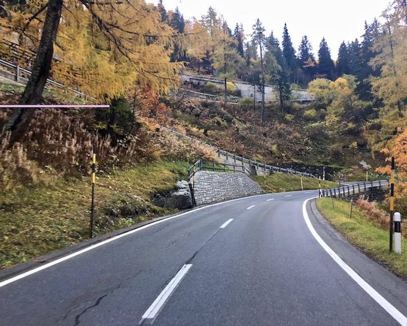 den Malojapass in der Schweiz hinauf