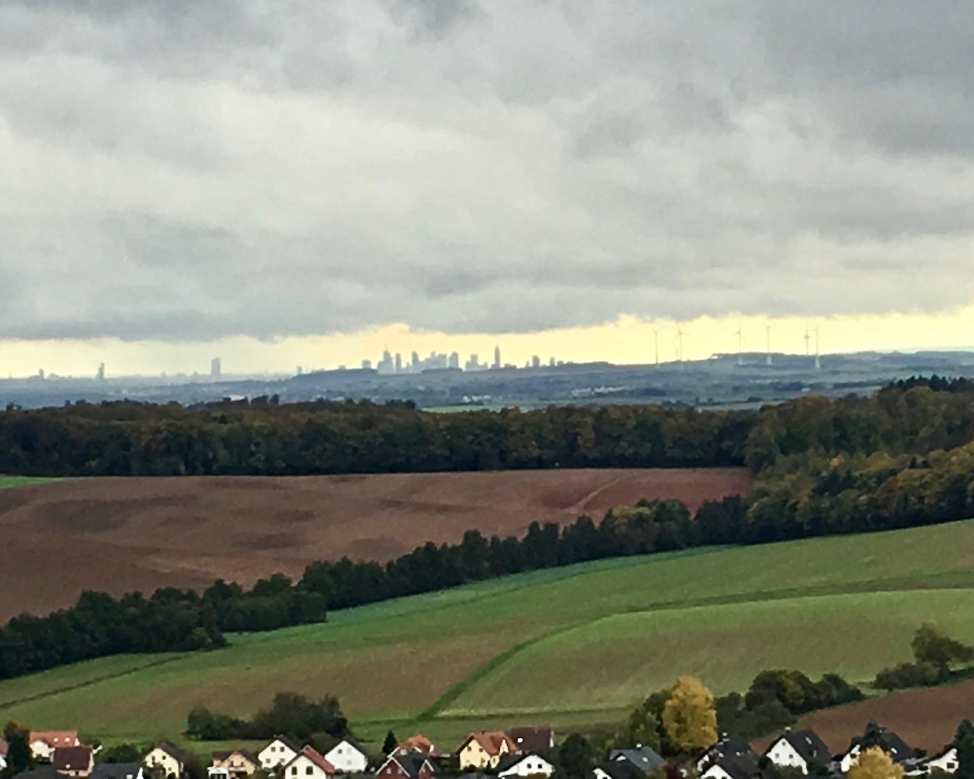 Blick vom Turm Burg Ronneburg zur Skyline von Frankfurt am Main Deutschland