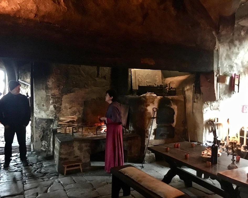 Burg Ronneburg Vorbereitung mittelalterlicher Kochkurs Deutschland
