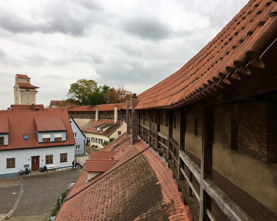Stadtmauer Nördlingen mit Reimlinger-Tor Deutschland Wehrgang