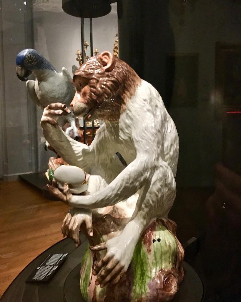 Affe mit Tabaksdose von Johann Joachim Kändler 1731 Meisner-Porzellan Rijksmuseum Amsterdam Niederlande