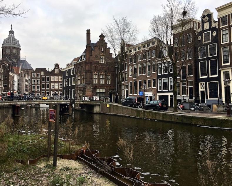 Am Oudezijds Voorburgwal mit Blick auf Sint Nicolaaskerk Amsterdam Niederlande