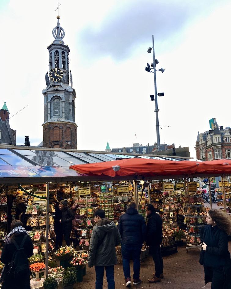 Blumenmarket mit Blick zum Munttoren Münzturm Amsterdam Niederlande