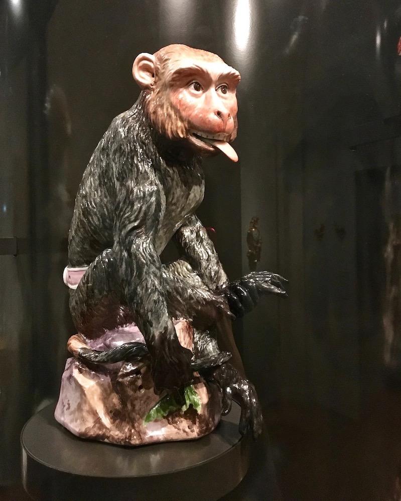 Der Affe von Johann Gottlieb Kirchner 1732 Meisener-Porzellan im Rijksmuseum Amsterdam Niederlande