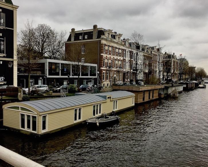 Hausboote auf Amsterdams Grachten Niederlande