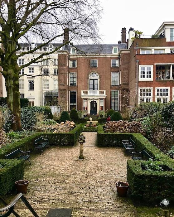 Hofgarten Kanalgarten im Van Loon Museum Blick zum Haupthaus Amsterdam Niederlande