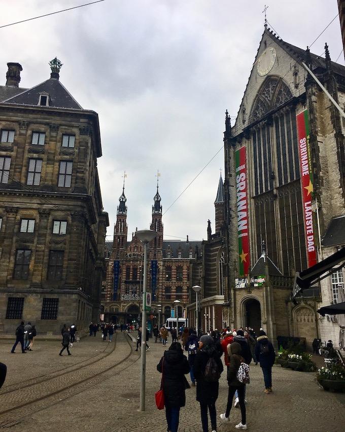 Nieuwe Kerk und Blick zum Magna Plaza Amsterdam Niederlande