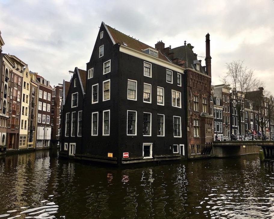 Zusammenfluß von Oudezijds Voorburgwal und Oudezijds Aachterburgwal Amsterdam Niederlande