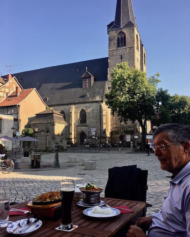 Abendessen vor der Marktkirche in Quedlinburg Deutschland