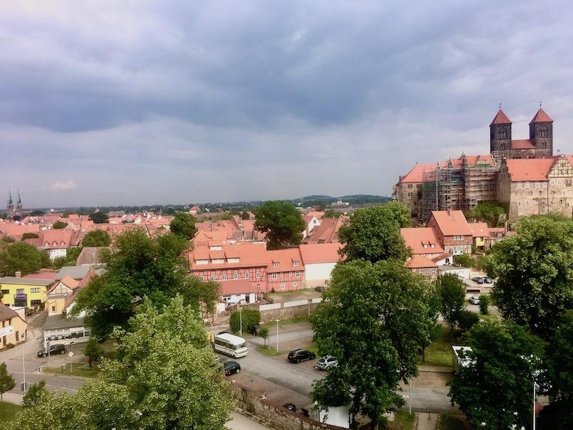 Blick vom Münzenberg zum Schloßberg Quedlinburg Deutschland