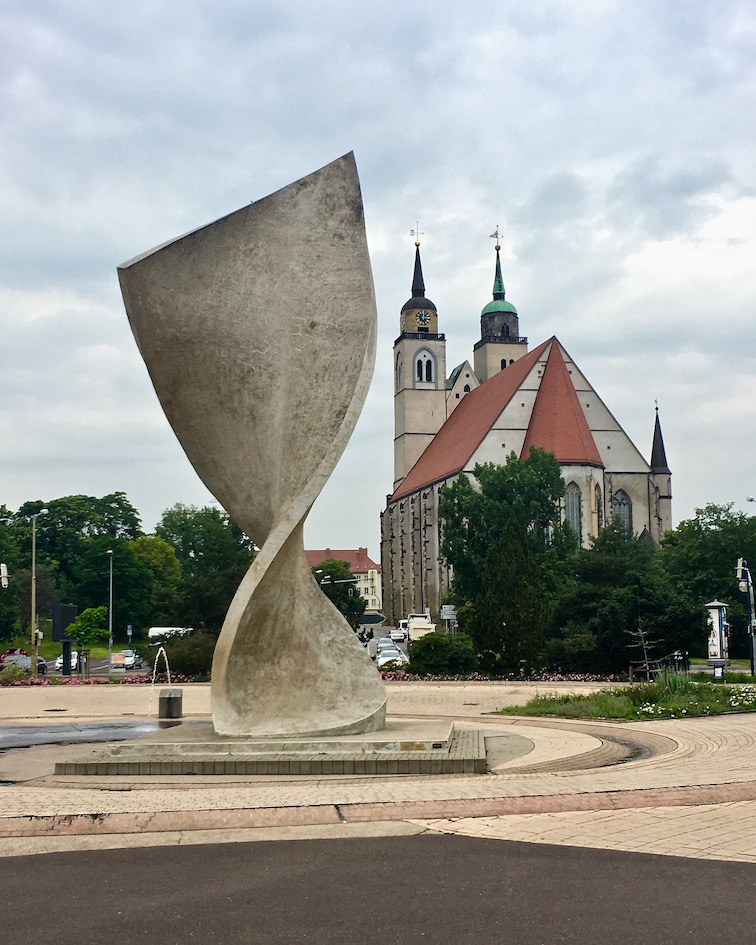 Fahnenmonument Johanniskirche an der Elbuferpromenade