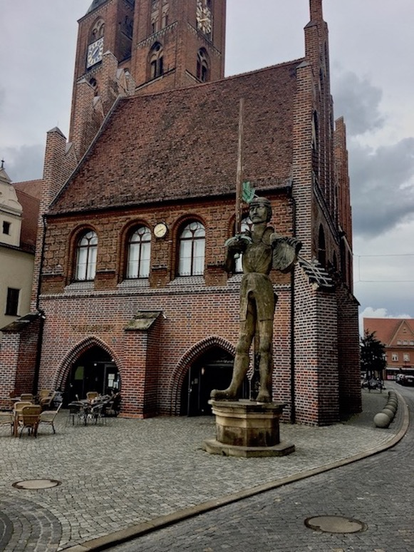 Gerichtslaube des Rathauses mit Stendaler-Roland Stendal Sachsen-Anhalt