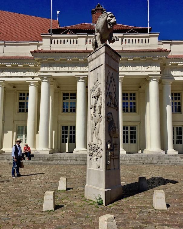 Löwendenkmal am Marktplatz Schwerin Deutschland