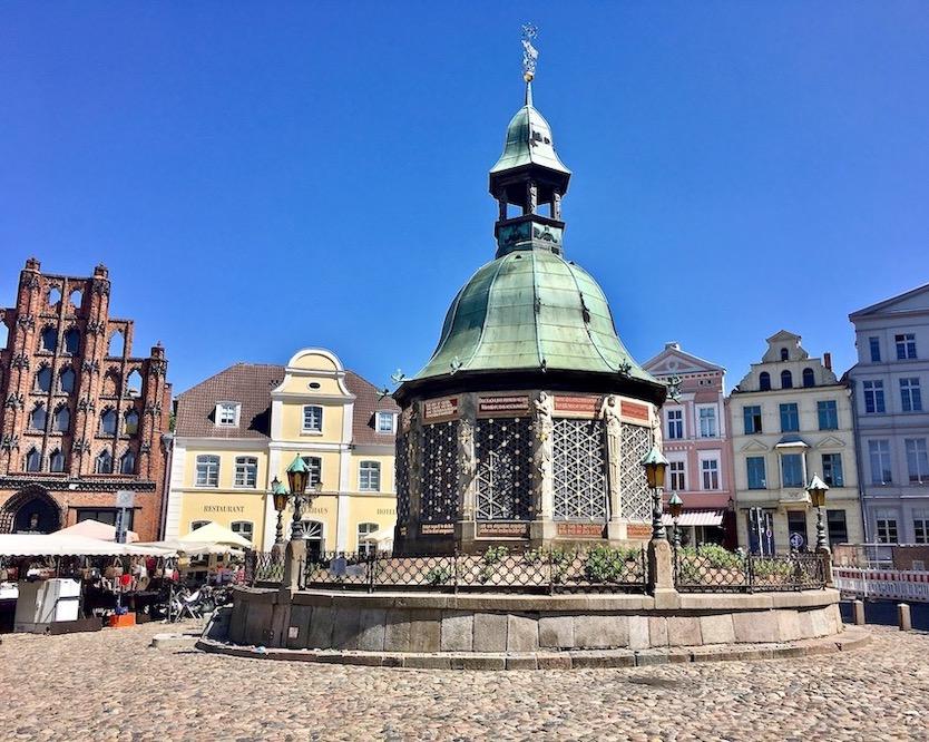 Wasserkunst auf dem Marktplatz in Wismar Deutschland